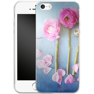 Apple iPhone 5 Silikon Handyhuelle - Cottage Flowers von Joy StClaire