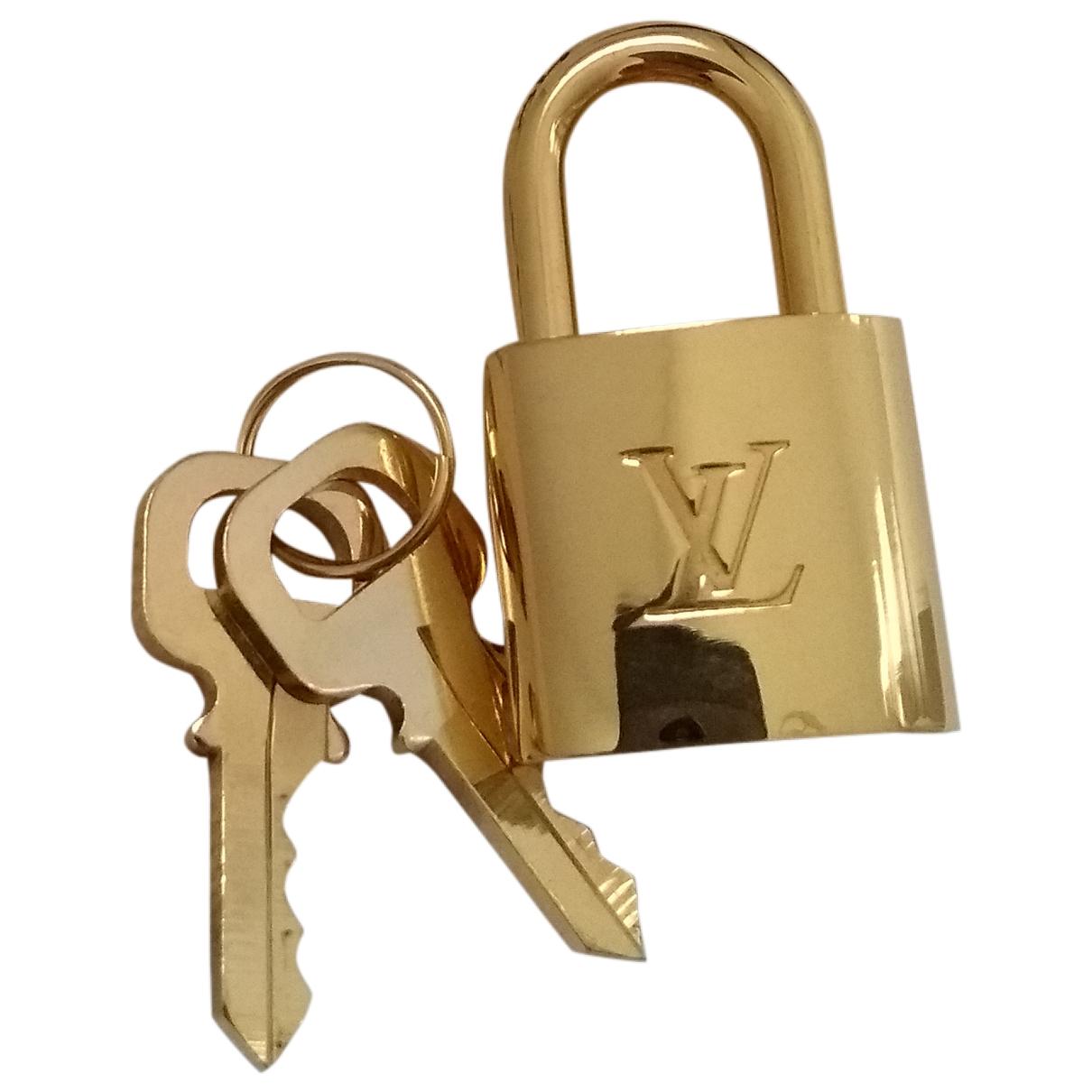Louis Vuitton Cadenas Taschenschmuck in  Gold Metall