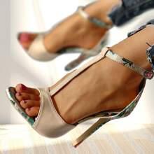 Sandalias con tacon delgado con tira T con estampado floral de punta abierta