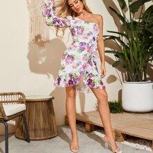 Kleid mit einer Schulter, Schosschenaermeln, Raffungsaum und Applikationen