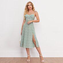 Cami Bustier Kleid mit Gaensebluemchen Muster, Band auf Schulter, geraffter Rueckseite und hohem Schlitz