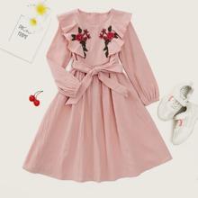 Kleid mit Blumen Stickereien, Rueschenbesatz und Guertel