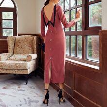 Kleid mit offener Rueckseite, Schlitz und Knopfen Detail