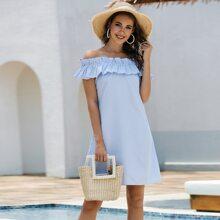 Schulterfreies Kleid mit Streifen und Raffungsaum
