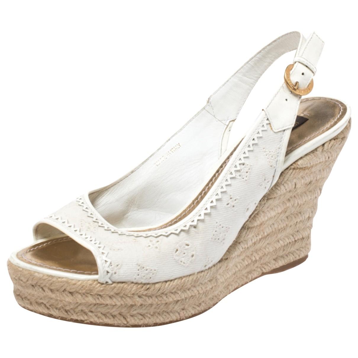 Louis Vuitton \N Sandalen in  Weiss Lackleder