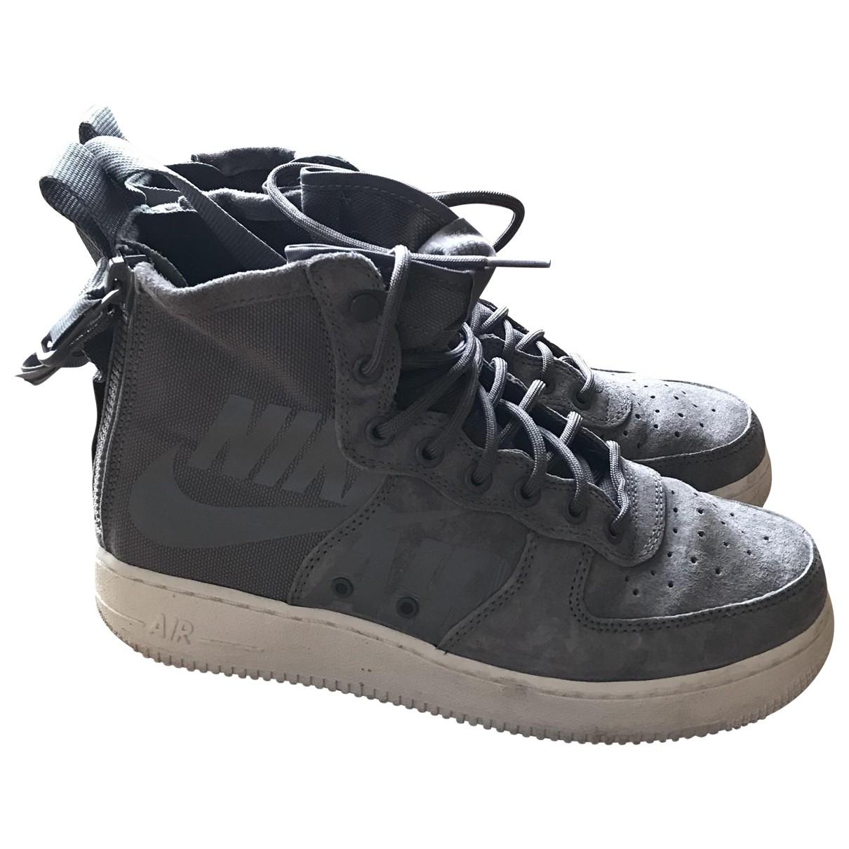 Nike SF Air Force 1 Sneakers in  Grau Veloursleder