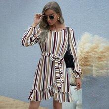 Kleid mit Streifen, Guertel, Ruesche und asymmetrischem Saum