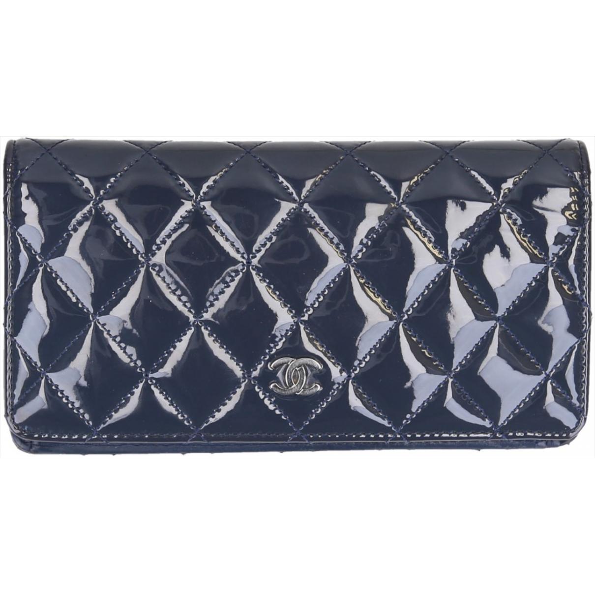 Chanel Timeless/Classique Portemonnaie in  Blau Lackleder