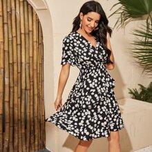 Kleid mit Gaensebluemchen Muster und mehrschichtigem Saum