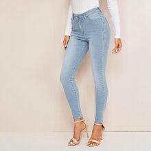 Schmale Jeans mit schraegen Taschen und Waschung