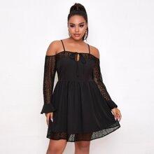 Schulterfreies Kleid mit Kontrast Spitze und Band vorn