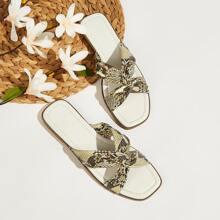 Sandalen mit Schlangenleder Muster und Kreuzgurt
