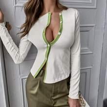Figurbetontes T-Shirt mit Kontrast Bindung und Knopfen