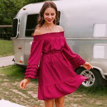 Schulterfreies Kleid mit Selbstguertel und Raffungsaum