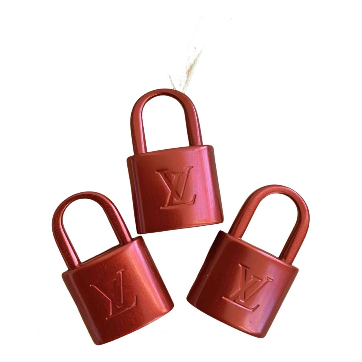 Louis Vuitton \N Taschenschmuck in  Rot Metall