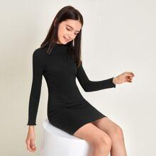 Figurbetontes Rippenstrick Kleid mit gekraeuseltem Saum