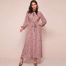 Maxi Kleid mit Muster, Kontrast Kragen und Selbstguertel