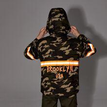 Jacke mit reflektierenden Streifen, Camo Muster und Kapuze
