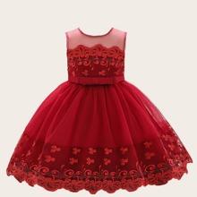 Kleid mit Stickereien, Netzstoff und Schleife vorn