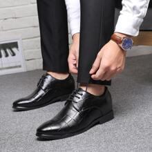 Zapatos de vestir de hombres con patron geometrico