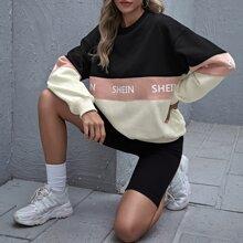 Pullover mit sehr tief angesetzter Schulterpartie, Buchstaben Grafik und Farbblock
