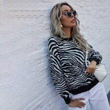 Pullover mit Zebra Streifen und sehr tief angesetzter Schulterpartie und Flicken