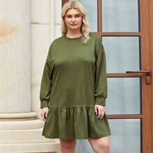 Sweatshirt Kleid mit sehr tief angesetzter Schulterpartie und Rueschenbesatz