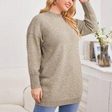 Einfarbiger langer Pullover mit sehr tief angesetzter Schulterpartie