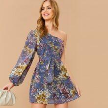 Ein Schulter Kleid mit Pflanzen Muster und Guertel