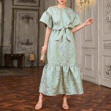 Jacquard Kleid mit sehr tief angesetzter Schulterpartie, Selbstguertel und Schosschen am Saum
