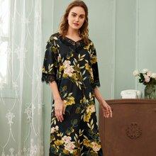 Nachtkleid mit Wimpern Spitzenbesatz und Blumen Muster