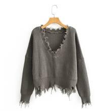 Pullover mit sehr tief angesetzter Schulterpartie und ausgefranstem Saum