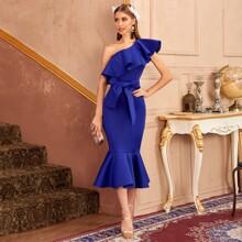 Kleid mit einer Schulter, Raffunsaum und Selbstguertel