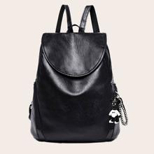 Minimalistischer Rucksack mit Klappe und zufaelligem Taschenanhaenger