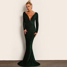 Figurbetontes rueckenfreies Kleid mit tiefem Kragen und Glitzer