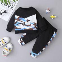 Sudadera panel de camuflaje en contraste con pantalones