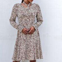 Kleid mit komplettem Muster, Reissverschluss hinten, Rueschen und abnehmbarer Krawatte