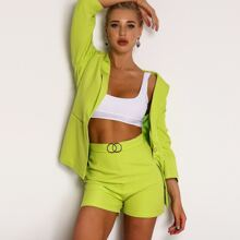 conjunto blazer con boton verde neon con shorts con diseño de aro