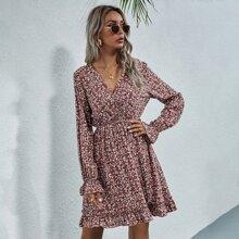 Kleid mit Bluemchen Muster, V-Kragen und Rueschenbesatz