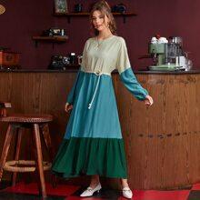Kleid mit Farbblock, asymmetrischem Saum, Rueschenbesatz und Guertel
