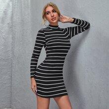 Figurbetontes Kleid mit Stehkragen und Streifen