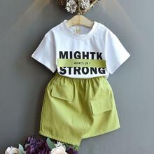 T-Shirt mit Buchstaben Grafik und asymmetrischer Rock