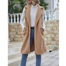 Mantel mit zwei Taschen, offener Vorderseite und Lammfell
