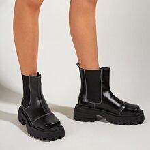 Chelsea Stiefel mit quadratischer Zehenpartie und Stich Detail