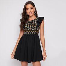 Kleid mit Pompom Detail, Rueschen Armloch und Stickereien