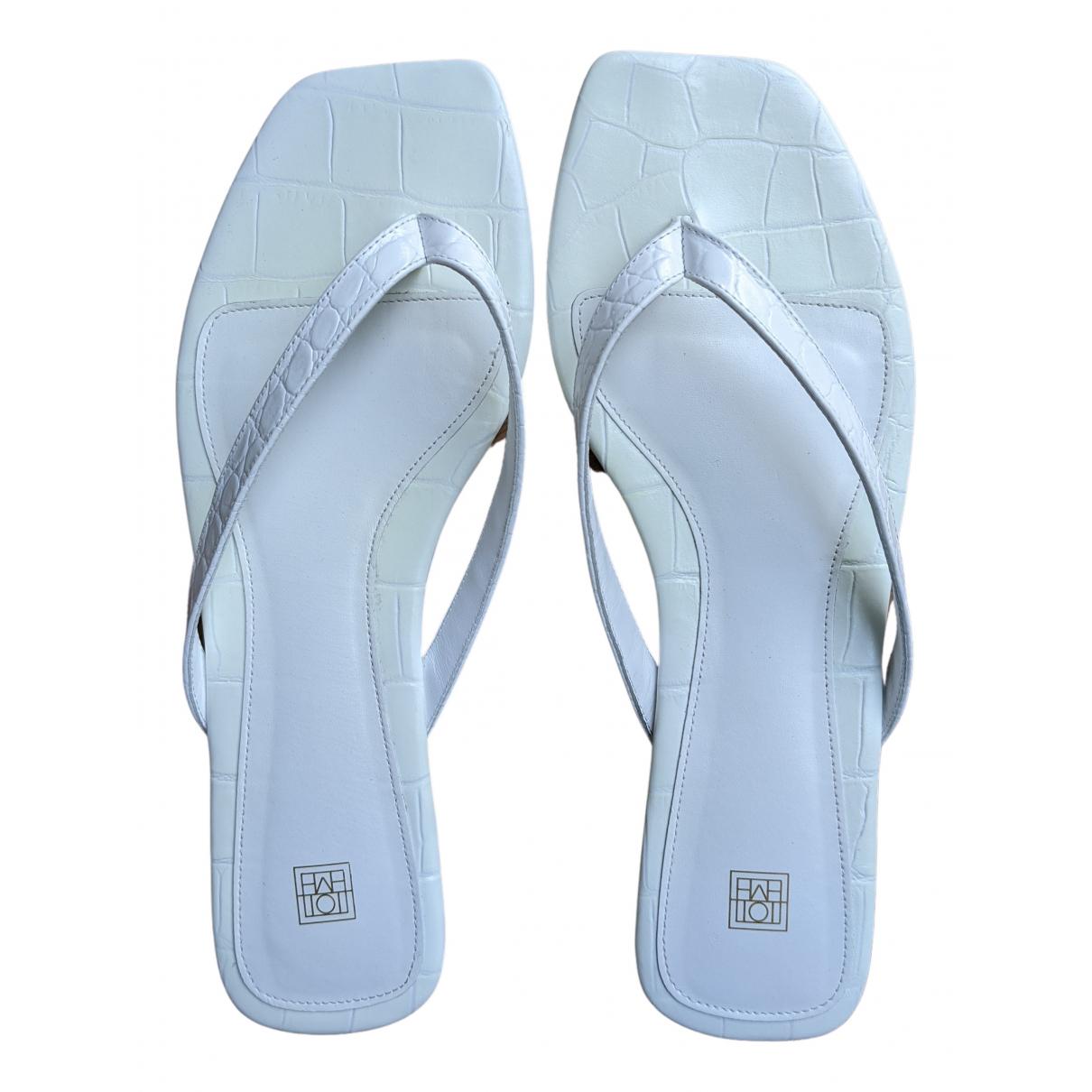 Toteme Flip-Flop Flat Sandalen in  Weiss Leder