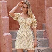 D&M Kleid mit Herzen Kragen, Kordelzug und Blumen Muster
