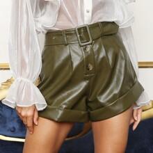 Shorts PU con cinturon con hebilla bajo de doblez con boton
