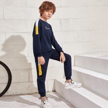 Conjunto pullover con costura lateral en contraste con estampado de letra con pantalones deportivos