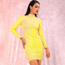 Figurbetontes Kleid mit Stehkragen und Pailletten